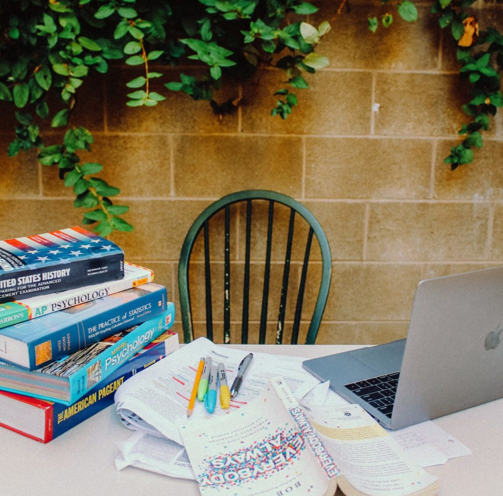 Home-office en el patio, con ordenador y libros